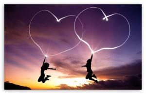 himmel, solnedgång, två kvinnor hoppar och håller i hjärta balonger